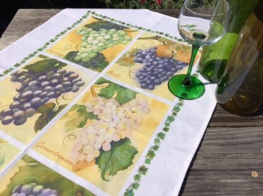 Grapes tea towel with wine glasses